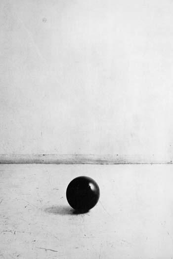 Gino de dominicis , palla di gomma (caduta da due metri) nell'attimo